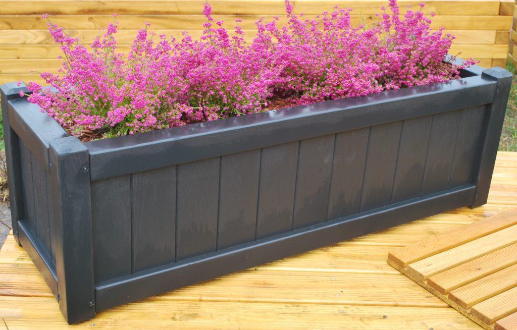 Klargøring af en Baldur sort plantekasse stående på bord