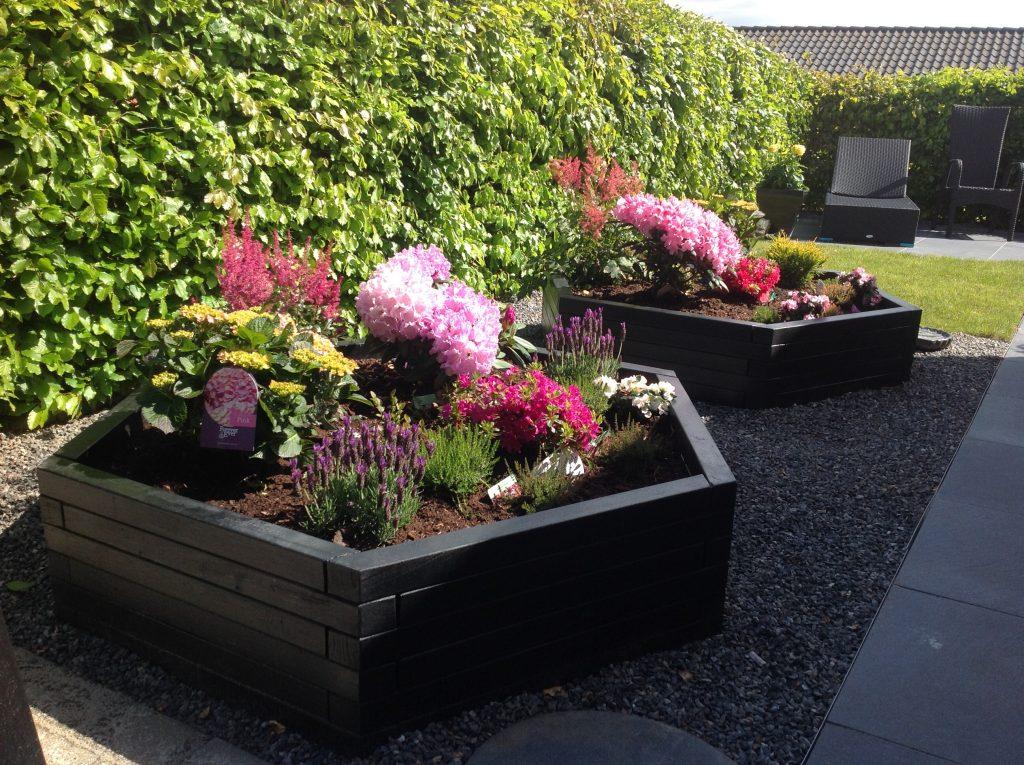 2 sorte sekskantet Jarl højbede med flotte blomster i
