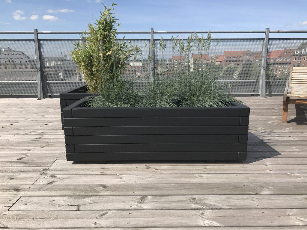 Hjalmar plantekasser med planter stående på terrasse