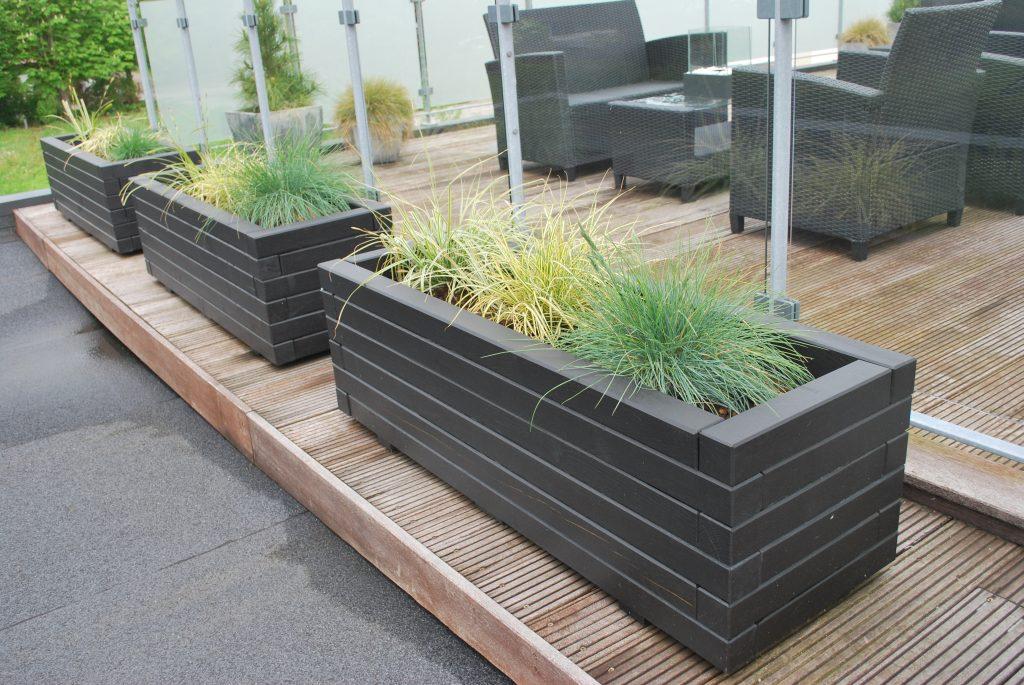 3 sorte Hjalmar plantekasser på veranda på hjul med lås